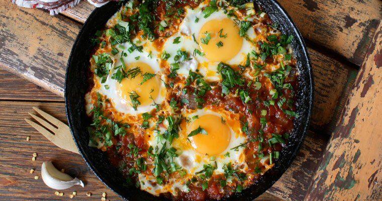 Huevos al plato con jamón y guisantes