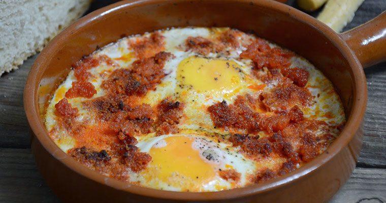 Huevos al plato con sobrasada